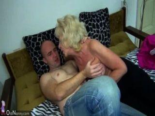 침대에있는 오래된 통통한 할머니가 흥분한 남자와 섹스를했다.