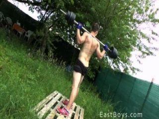 근육 소년 실외 운동과 샤워
