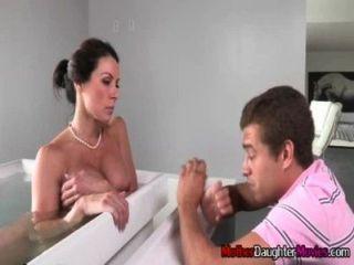 목욕탕에서 그의 계모를 감시하는 아들이 체포되다.