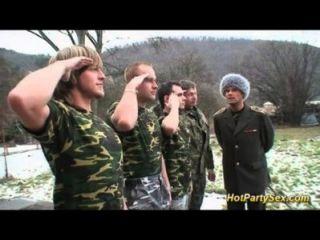 군사 병아리는 병사들에게 정액을줍니다.