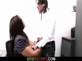 결혼 한 남자는 흑단 지방질을 엿 먹이고 체포되다.