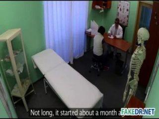가짜 병원의 뜨거운 아기 피부 검진