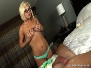 그녀의 남편을 섹시한 몸매로 괴롭히는 알몸의 유부녀
