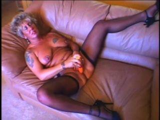 뜨거운 섹시한 할머니는 자위를하고 큰 짐을 뽑기 전에 좆된다.