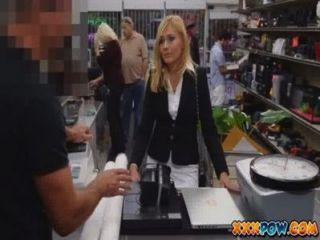 성적으로 괴롭힌 유부녀가 해고당한 물건을 팔기 위해 전당포에 간다.