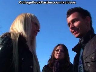 빠는 여자애들과 섹시한 대학에서 눈 뭉치 파티하기