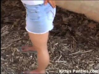 18yo 키티는 물 마당으로 그녀를 만나길 원해.