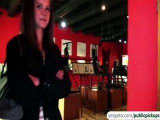 아름다운 켈리는 현금으로 박물관에서 가슴과 엉덩이를 드러낸다.