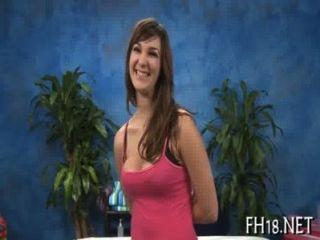 섹시한 18 세 소녀가 뚫고 열심히 받는다.