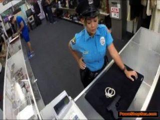 경찰은 총을 졸 쳐서 범해진다.