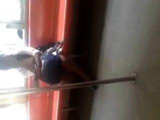 스리랑카 소녀 다리 기차 갈 랭카를 보여주는