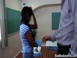에보니 여학생이 성적 badbookworms.com에서 피크를 몰래 잡았습니다.