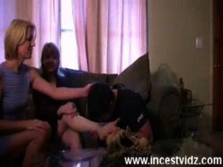 남자는 2 명의 엄마에게서 주무르기를 얻는다.