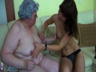 귀여운 소녀와 큰 뚱뚱한 할머니