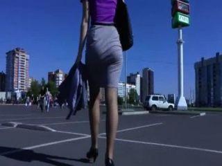 길거리에서 걷고 엉덩이를 흔드는 전리품
