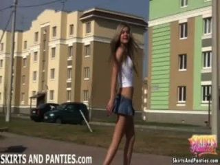 그녀의 팬티를 그녀의 아파트 바깥에서 번쩍 뜨고있는 플로리다
