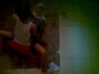 spycam 이웃 jilbab을 착용하고 바닥에 성관계를 갖고있다.