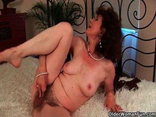 섹스 굶주린 할머니가 그녀의 장난감 소년을 성교