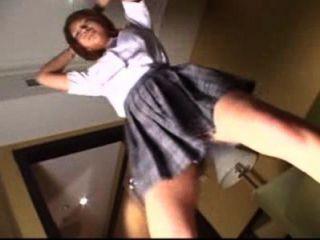 여학생은 속옷 스타일로 춤을 추며 예쁜 가슴을 보여주기 위해 브래지어를 벗습니다.