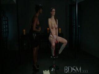 bdsm xxx 어린 소녀는 섹시한 레즈비언 여주인에게서 충격을 얻습니다.