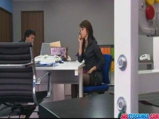 사무실 모임 중에 그녀의 음부를 놀리는 호조