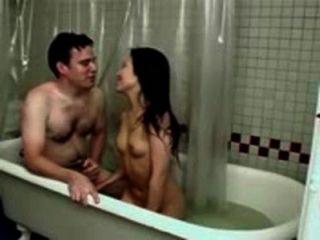 화장실에 작은 가슴을 가진 아픈 아시아 소녀 빌어 먹을