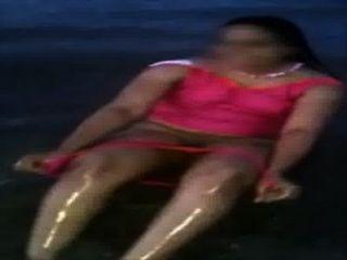 해변에있는 인도 엄마