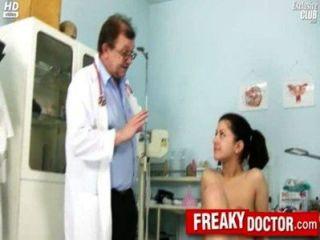 뜨거운 체코 어 갈색 머리 모니카는 아빠의 의사에 의해 손가락을 가져옵니다.