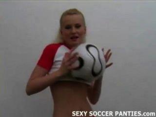 그녀의 제복을 벗고 예쁜 폴란드 축구 베이브