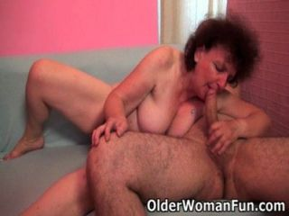 통통한 할머니는 그녀의 입과 음부에 자신의 거시기를 즐긴다.
