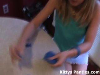 18 세의 십대 키티는 playdough로 노는 것을 좋아합니다.