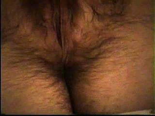 아내는 그녀의 뜨거운 털이 많은 음부 (오르가슴 끝에)를 자위한다.