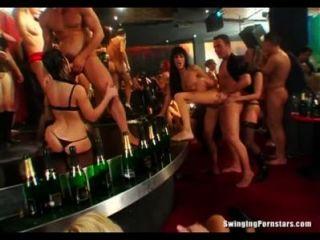 성적인 클럽 쓰레기는 공개적으로 거시기를 먹는다.