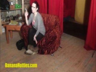바나나 주조에서의 정말로 busty 한 brunette lapdance