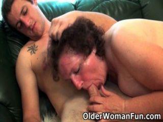 통통한 할머니는 소파에서 뚫고 나간다.