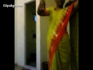 섹스 인도 포르노 비디오 전에 그녀의 고객의 infront 그녀의 누드를 노출 녹색 saree에 이모