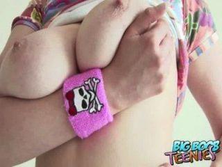 아마추어 영국 사춘기 그녀가 그녀의 롤리를 빨아 그녀의 큰 가슴을 보여줍니다.