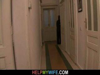 늙은 남편이 젊은 아내를 잡기 위해 낯선 사람에게 돈을 지불한다.