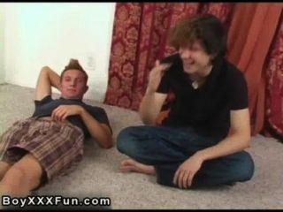 뜨거운 게이 흥분 싹이 서로 다른 자지를 양치질!순은은 그의 것을 얻는다.