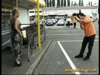무력한 숙녀가 상점에서 주워집니다.