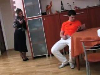 러시아 단계 엄마가 그녀의 아들 p 1을 성교