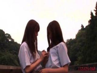 야외 서있는 동안 petting 키스 2 schoolgirls