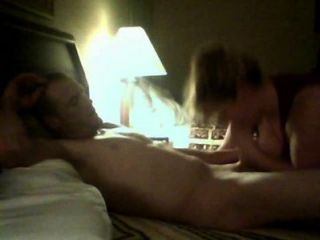 섹시한 커플이 첫 번째 웹캠 비디오를 만든다.