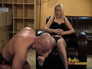 금발은 복종하는 그녀의 발을 핥고 먹는다 고 말한다.