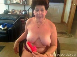 할머니는 그녀의 음부와 캠에 엉덩이를 dildoing