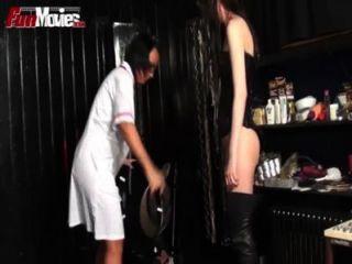 재미있는 남성 노예는 음경 벌을받습니다.