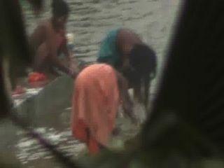 숨겨진 캠프 뱃사공으로 인도 여성 연못에서 열린 목욕