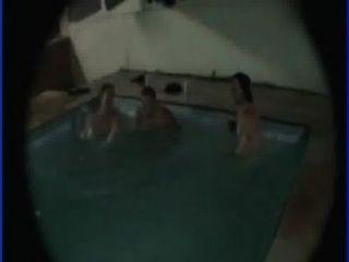 machos na piscina