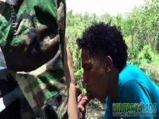 육군 소년은 낯선 사람과 악몽을 꾼다.