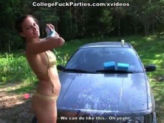 토플리스 대학 여자애들이 에로틱하게 피크닉에서 차를 씻는다.